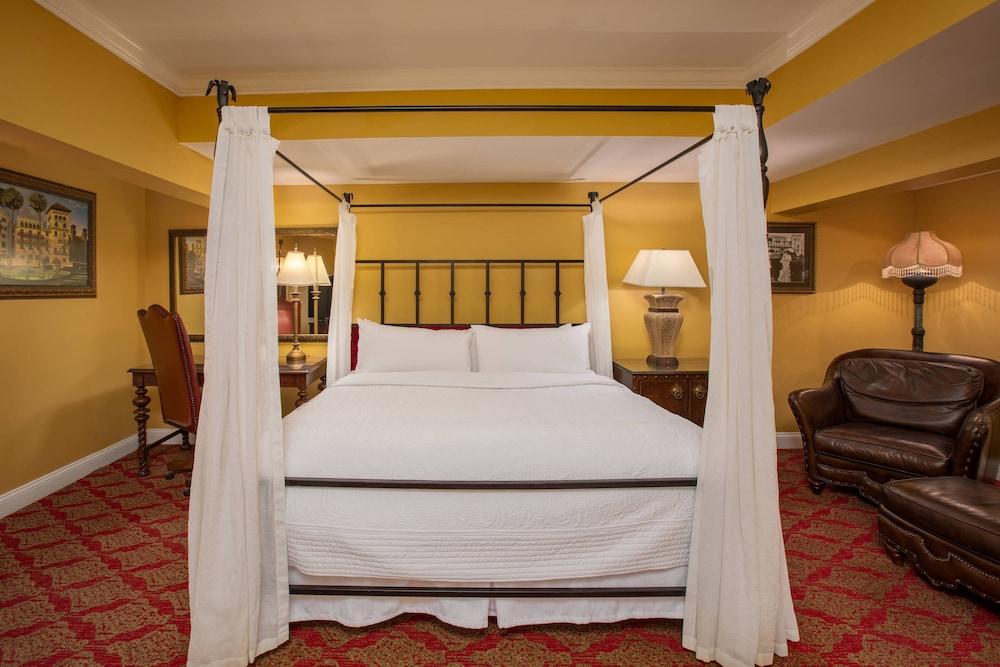 https://i.travelapi.com/hotels/1000000/330000/329700/329630/c2bc8280_z.jpg