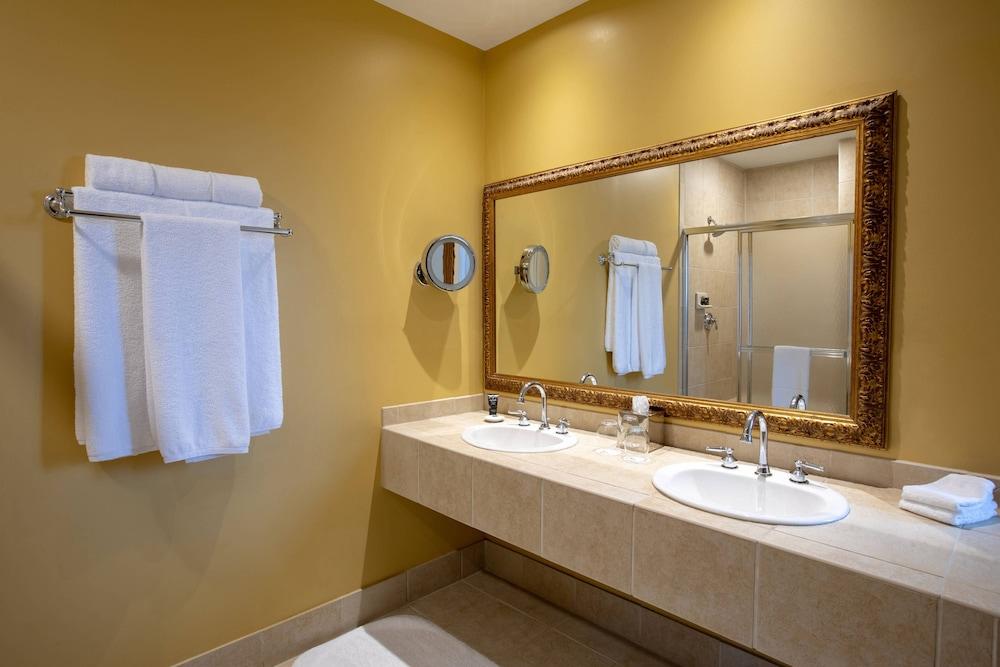 https://i.travelapi.com/hotels/1000000/330000/329700/329630/c57456d3_z.jpg