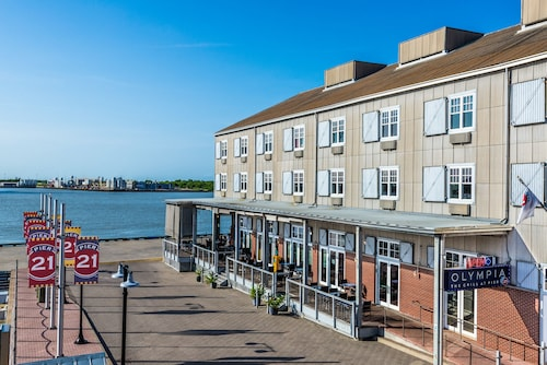 . Harbor House at Pier 21