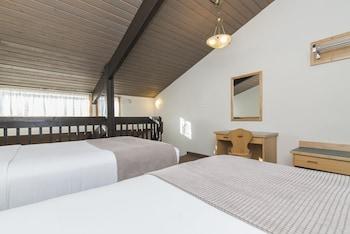 One Bedroom Loft, Queen, 2 Doubles