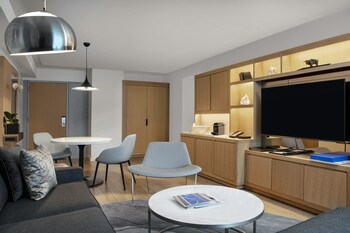 Luxury Suite, 1 King Bed, Corner