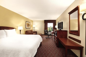 Guestroom at Hampton Inn Woodbridge in Woodbridge