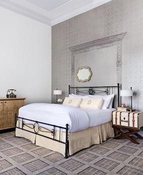 Room (1 King Bed or 1 Queen Bed)