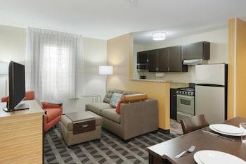 Guestroom at TownePlace Suites by Marriott Savannah Midtown in Savannah