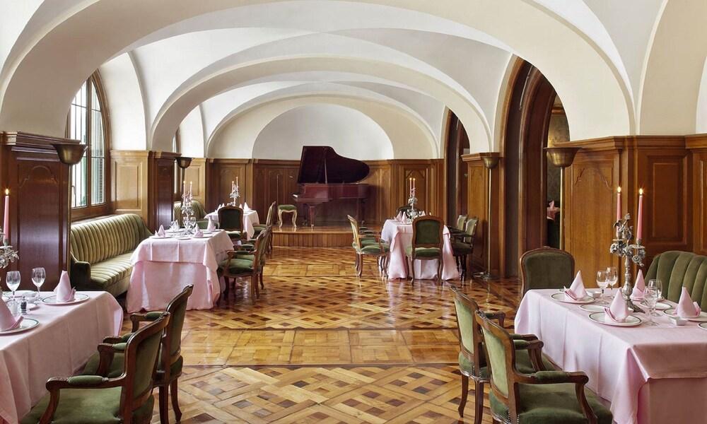 https://i.travelapi.com/hotels/1000000/440000/438400/438323/4ed3afba_z.jpg
