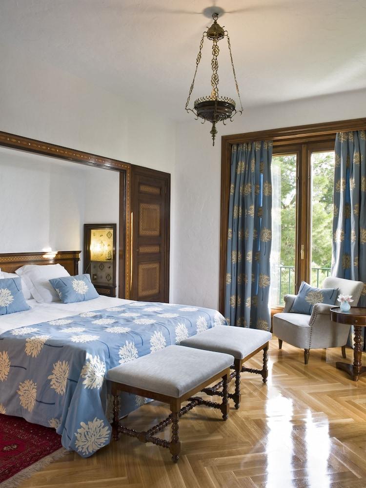 https://i.travelapi.com/hotels/1000000/440000/438400/438323/949a838d_z.jpg