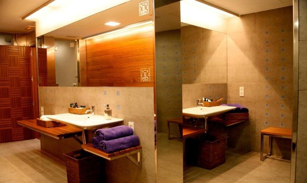 https://i.travelapi.com/hotels/1000000/440000/438400/438323/a323dfd8_z.jpg