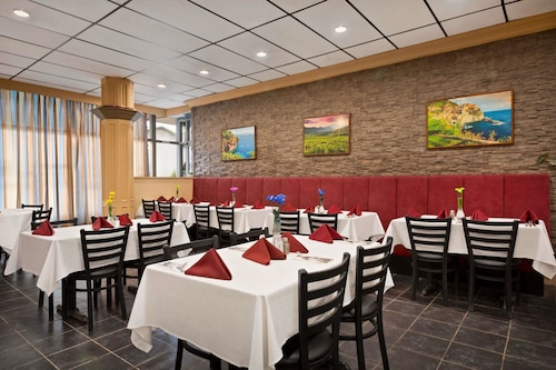 . Travelodge by Wyndham Whitecourt Conference Centre & Suites
