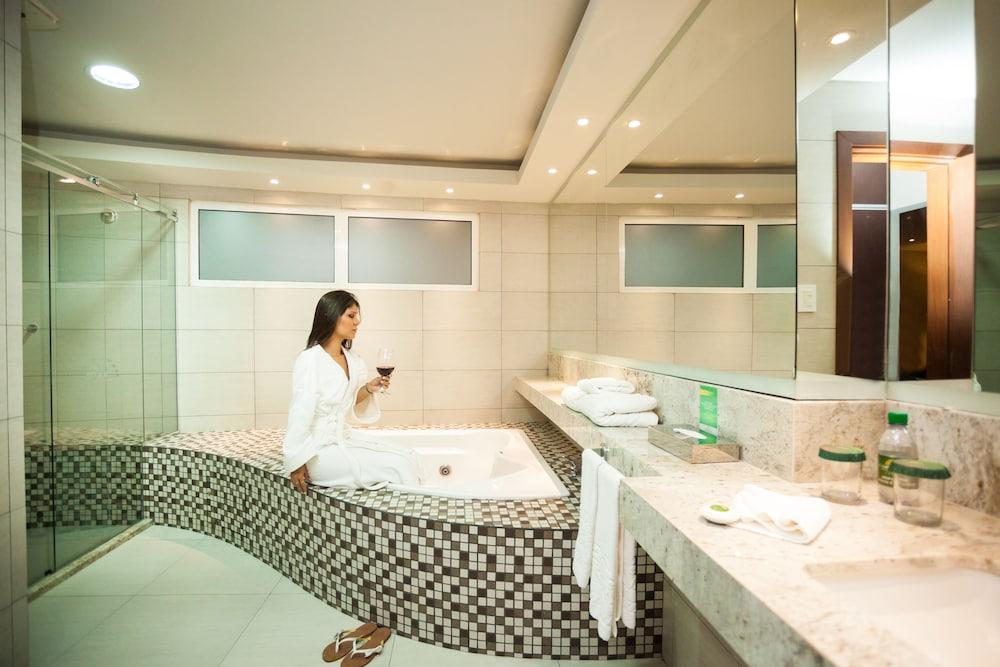 https://i.travelapi.com/hotels/1000000/450000/444500/444475/32ded624_z.jpg