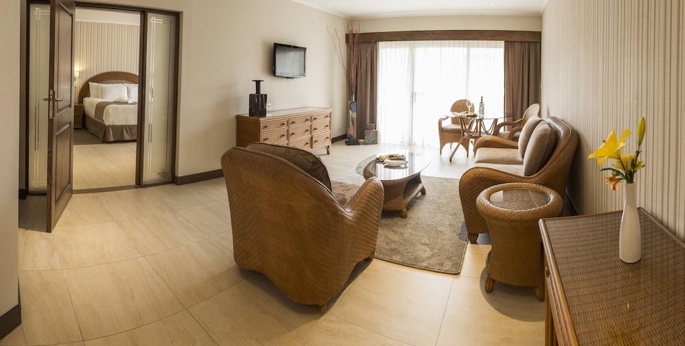 https://i.travelapi.com/hotels/1000000/450000/444500/444475/3955f700_z.jpg
