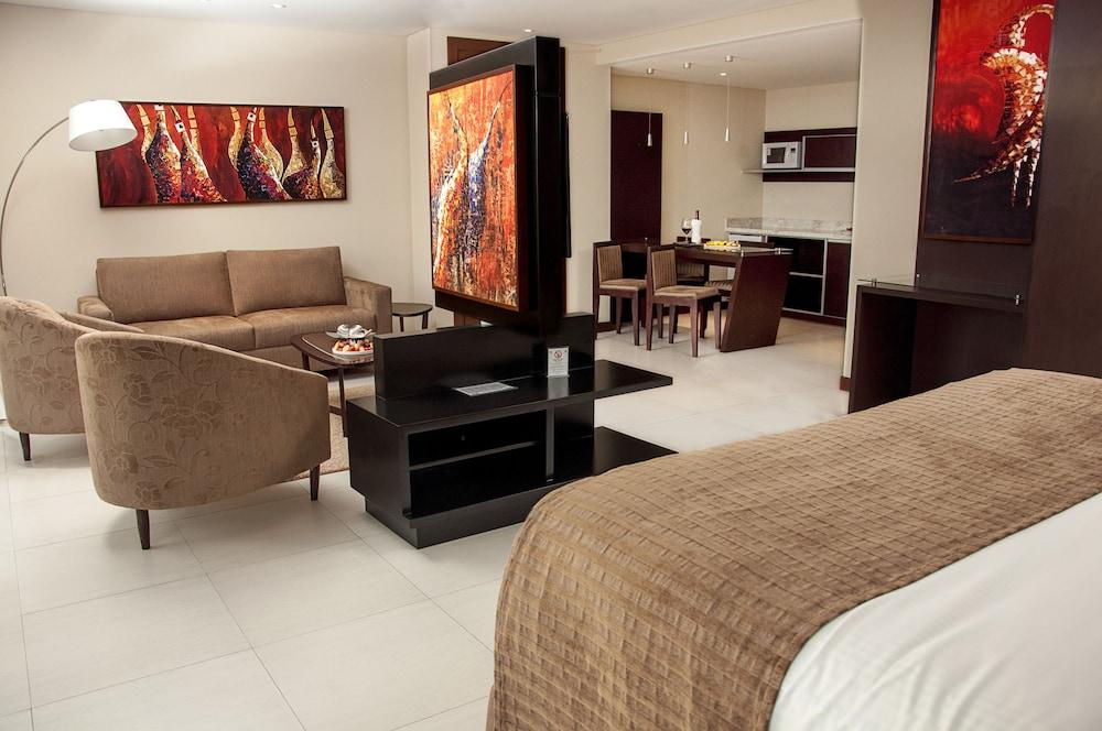 https://i.travelapi.com/hotels/1000000/450000/444500/444475/71ac1e64_z.jpg