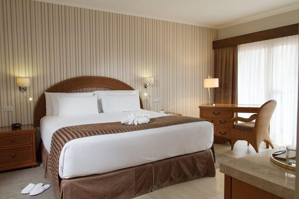 https://i.travelapi.com/hotels/1000000/450000/444500/444475/9b4559cd_z.jpg