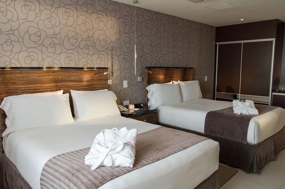 https://i.travelapi.com/hotels/1000000/450000/444500/444475/a3eae03c_z.jpg