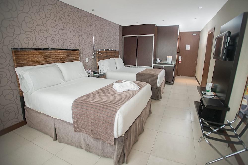 https://i.travelapi.com/hotels/1000000/450000/444500/444475/a44d50cc_z.jpg