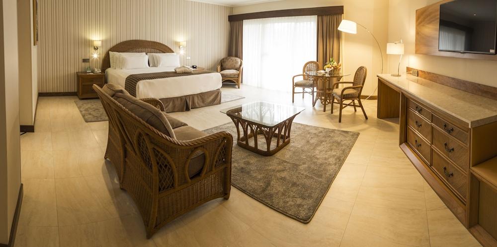 https://i.travelapi.com/hotels/1000000/450000/444500/444475/a61cc294_z.jpg