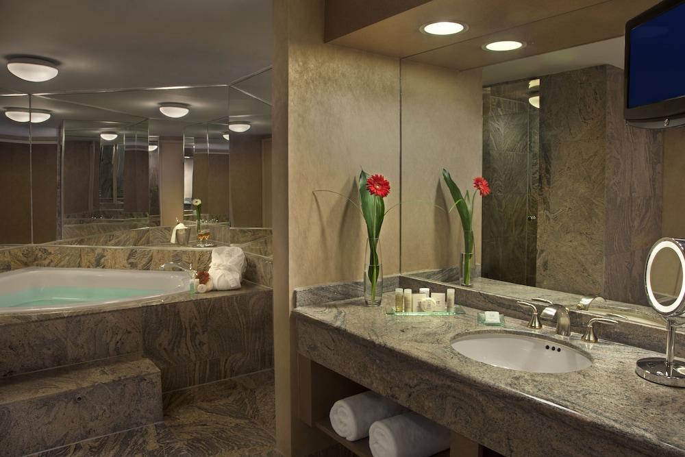 https://i.travelapi.com/hotels/1000000/450000/444600/444572/11533cf7_z.jpg