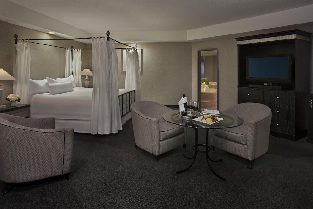 https://i.travelapi.com/hotels/1000000/450000/444600/444572/ef3cf0af_z.jpg