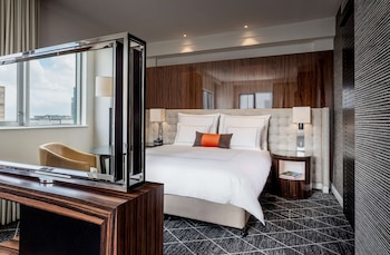 Signature Suite, 1 King Bed, Business Lounge Access
