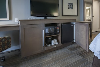 Jr. Suite, king bed, sofa bed, wet bar