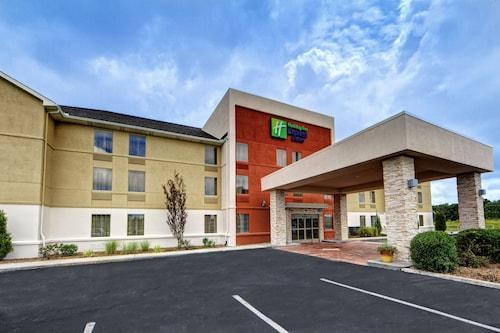 . Holiday Inn Express & Suites Crossville, an IHG Hotel