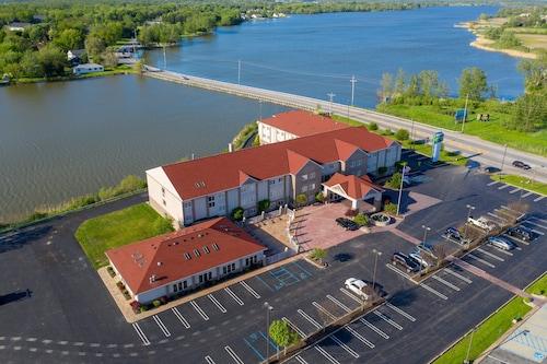 . Holiday Inn Express Hotel & Stes Port Clinton-Catawba Island