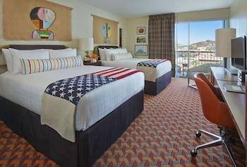Deluxe Room, 2 Queen Beds (Graduate)