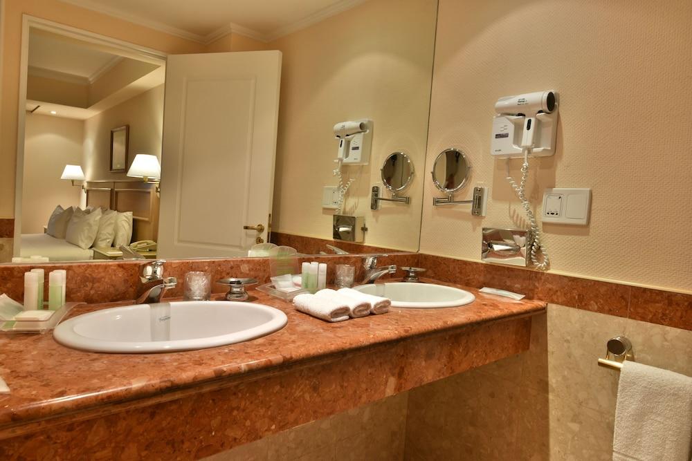 https://i.travelapi.com/hotels/1000000/480000/477600/477592/bc937222_z.jpg