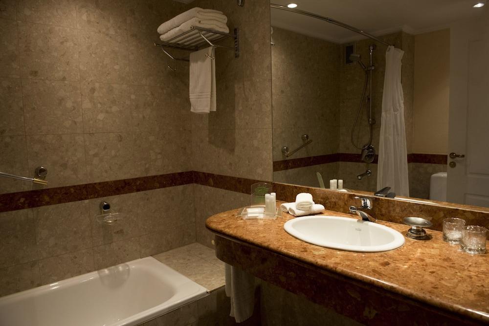 https://i.travelapi.com/hotels/1000000/480000/477600/477592/e2a852f5_z.jpg