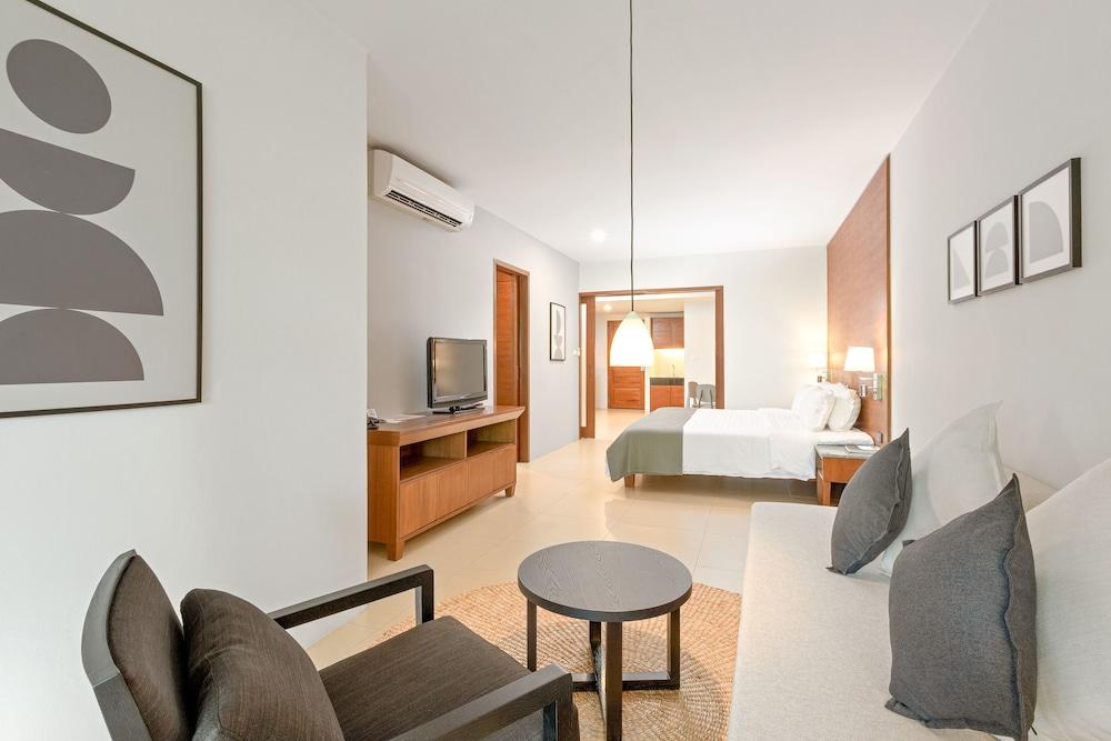 https://i.travelapi.com/hotels/1000000/480000/478900/478899/c53396a9_z.jpg