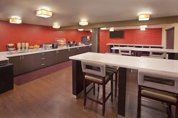 Red Lion Inn & Suites Federal Way - Breakfast Area  - #0