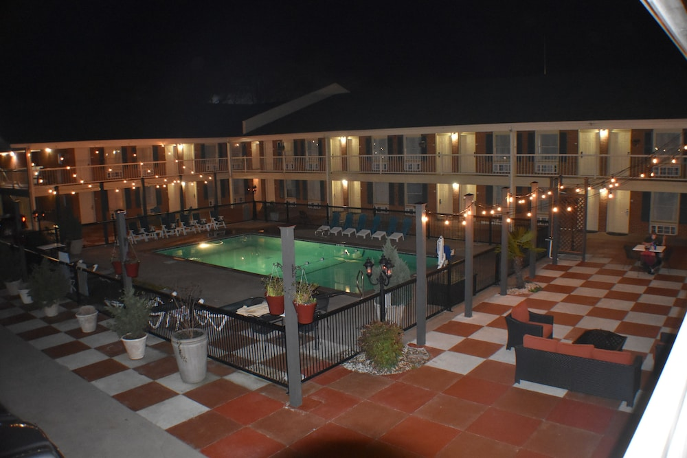 Hotel Exterior : Courtyard 2 of 72