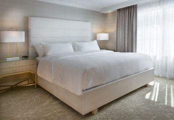Classic Suite, 1 King Bed with Sofa bed, Lake View