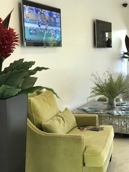 Lobby Sitting Area at SUNSOL International Drive in Orlando