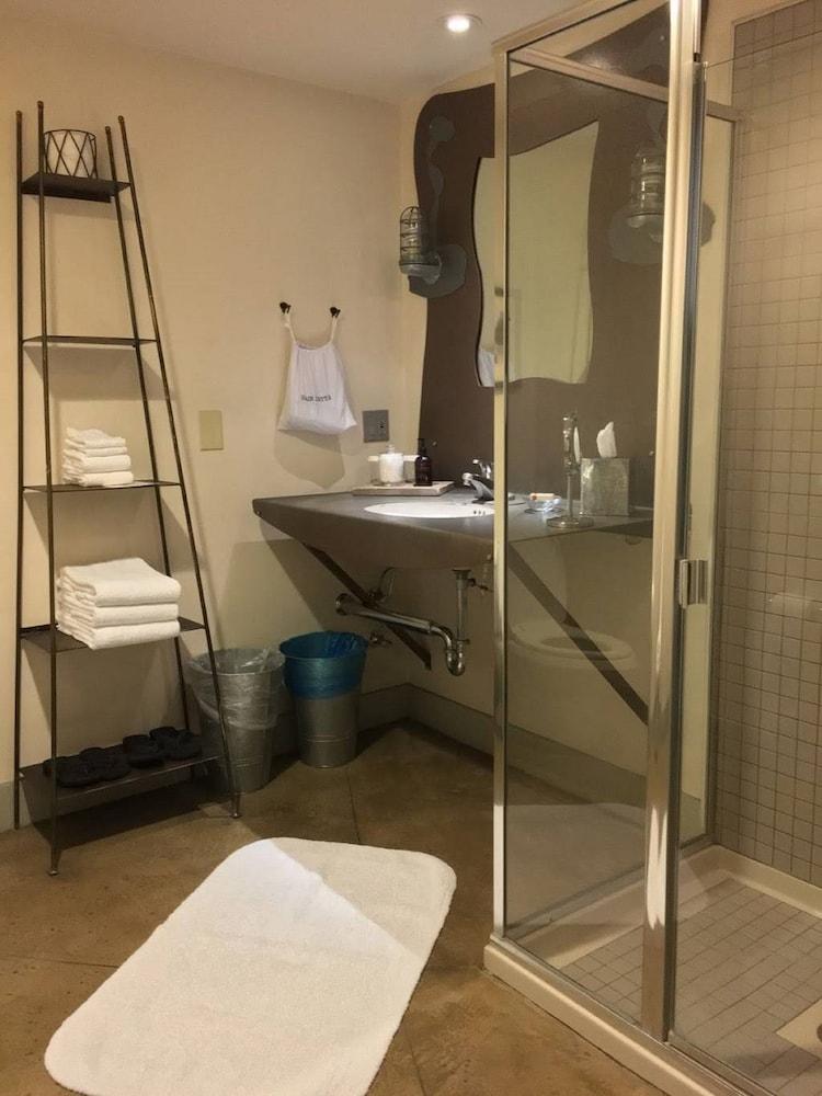 https://i.travelapi.com/hotels/1000000/50000/41700/41624/246e36df_z.jpg