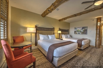 Lodge 2 Queens Guestroom