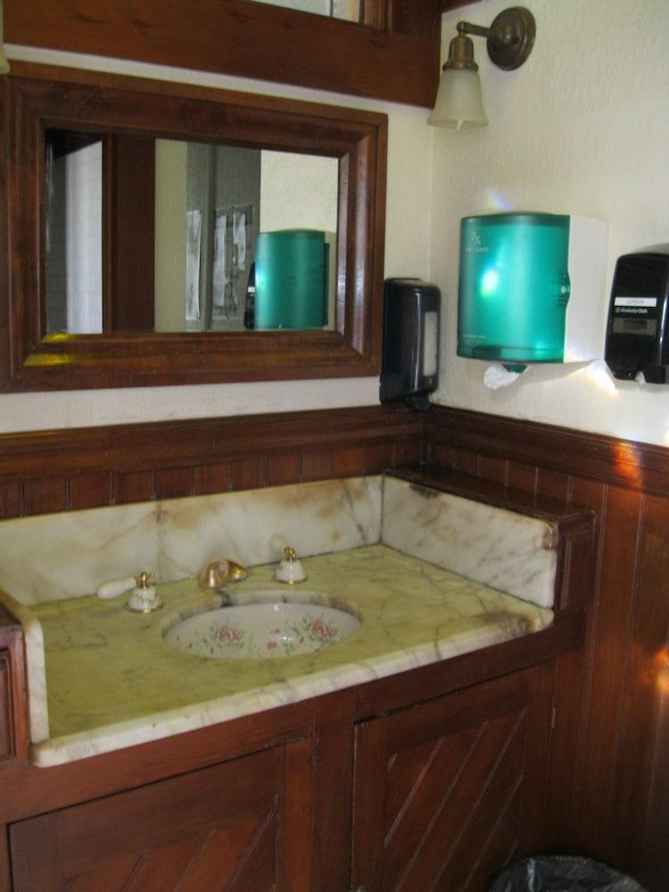 산 레모 호텔(San Remo Hotel) Hotel Image 45 - Bathroom Sink