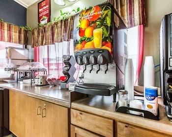 Econo Lodge Inn Suites Yreka - Breakfast Area  - #0