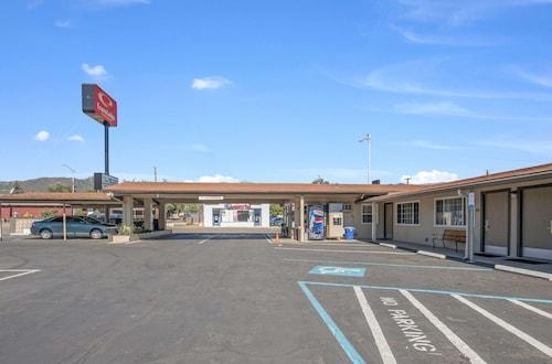 . Econo Lodge Inn Suites Yreka