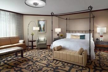Suite, 1 King Bed, City View, Corner (Park View)