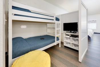Suite, 1 King Bed, Non Smoking (Kids)