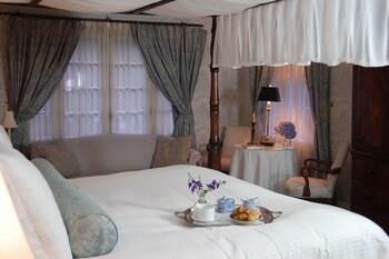 Deluxe Queen with Sofa Bed