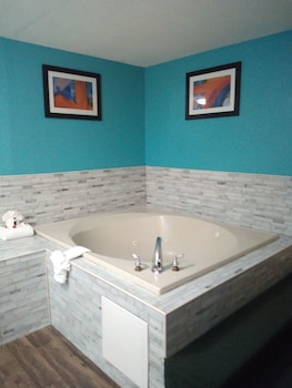 Room, 1 King Bed, Non Smoking, Refrigerator & Microwave (Jetted Tub)