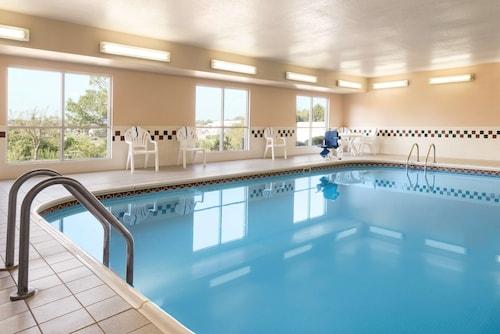 . Country Inn & Suites by Radisson, Davenport, IA