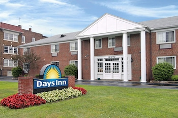 Days Inn Cleveland Lakewood 17 4 Miles From Cuyahoga Valley