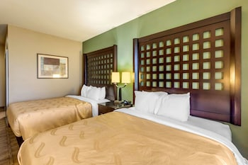 Süit, Sigara İçilmez (2 Queen Beds With 2 Person Sofa Bed)