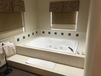 Suite, 1 King Bed, Non Smoking, Jetted Tub (Amethyst Suite)