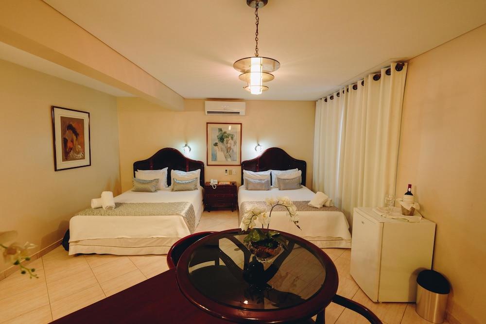 https://i.travelapi.com/hotels/1000000/50000/43900/43892/1ea8e6f2_z.jpg
