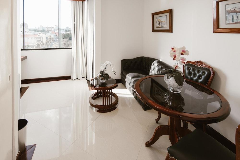 https://i.travelapi.com/hotels/1000000/50000/43900/43892/2c9077d5_z.jpg