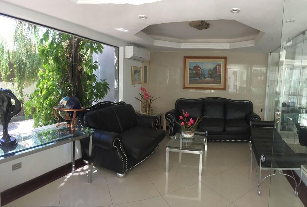 https://i.travelapi.com/hotels/1000000/50000/43900/43892/49e1e856_z.jpg