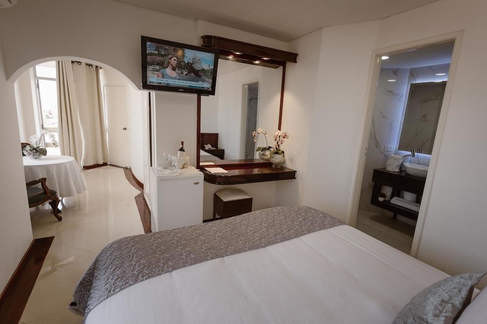 https://i.travelapi.com/hotels/1000000/50000/43900/43892/deb0d3d9_z.jpg